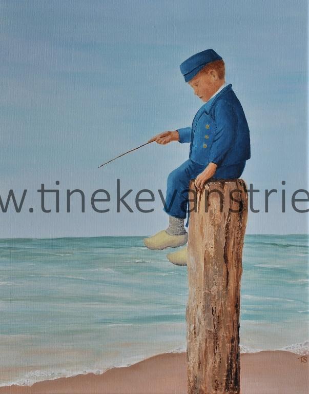 jongetje op strandpaal
